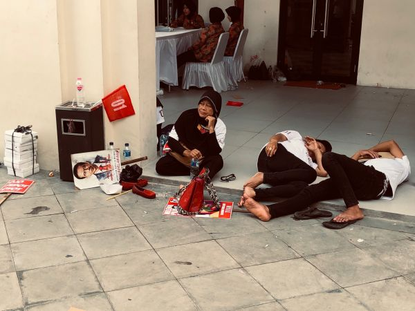 Jokowi's supporters take a break from campaigning