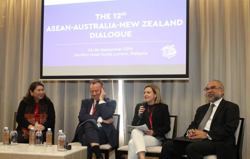Prof Aileen SP Baviera, Mr Simon Draper, Ms Penny Burtt and Tan Sri Rastam Mohd Isa